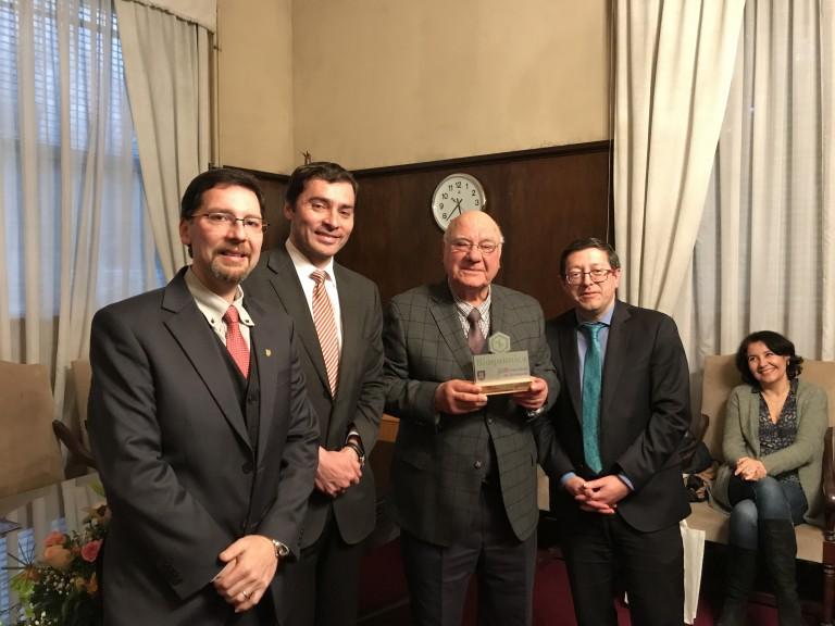 De izq a der: Prof. Felipe Zúñiga, Decano Sr. Ricardo Godoy, Prof. Hernán Maturana y Decano Sr. Eduardo Pereira (Cs. Químicas).